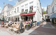 Geniet van de gezellige sfeer aan de Kolperstraat, een zijstraatje van de Markt. Loop ook zeker de Krullartstraat met zijn leuke winkeltjes in, dit is het kleinste straatje van de stad. http://www.s-hertogenboschtoer.nl/panoramas/k/kolperstraat-krullartstraat