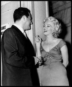 """10 Juin 1952 / Marilyn lors du tournage du film """"Niagara"""", notamment avec Henry HATHAWAY le réalisateur ; Marilyn commença le tournage de « Niagara » à Buffalo (Etat de New York), en décors naturels. C'était la deuxième fois qu'elle tenait le rôle principal dans un film. Elle logea au """"General Broke Hotel"""" à """"Niagara Falls"""", durant le tournage. Henry HATHAWAY, le réalisateur de « Niagara » n'avait pas la réputation d'être un metteur en scène facile avec les comédiens. Pourtant, à la surprise…"""