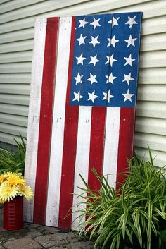 The flag made out of an old pallet tutorial. Must make this one for the living room wall!