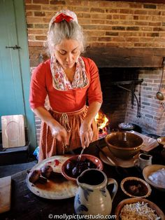 Observe cornbread, gingerbread, sizzled eggs and other colonial foods cooked over the open hearth, then sample the results. Historical Dress, Historical Society, Historical Clothing, 18th Century Dress, 18th Century Clothing, Boston Tea, Colonial Kitchen, Historic Houses, Freeze