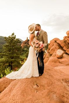 A boho elopement at Garden of the Gods in Colorado. The bride had a dusty pink wedding bouquet and wore a boho wedding hat. To get more inspiration from this styled elopement check out the rest of the blog! Wedding Hats, Boho Wedding, Wedding Bouquets, Rain Photography, Photography Workshops, Dusty Pink Weddings, Elopement Inspiration, Colorado Springs, Rest
