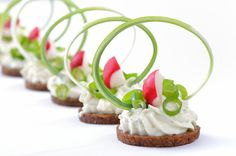 Gourmet : Morsels with spicy cream cheese, leek and radishes Party Snacks, Appetizers For Party, Elegant Appetizers, Food Decoration, Appetisers, Food Design, Creative Food, Food Plating, Clean Eating Snacks