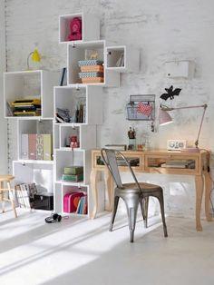 amenagement chambre ado, mur en briques blancs, bureau de travail en bois clair, chaise en fer