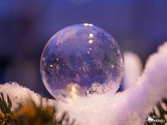 Jégvarázs - I.rész Christmas Bulbs, Wallpapers, Celestial, Holiday Decor, Beautiful, Christmas Light Bulbs, Wallpaper, Backgrounds