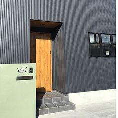 玄関/入り口/ブラック/ガルバリウム外壁/3連窓/タイル/ポスト...などのインテリア実例 - 2018-09-03 23:41:07 Garage Doors, Outdoor Decor, Home Decor, Decoration Home, Room Decor, Carriage Doors, Interior Decorating