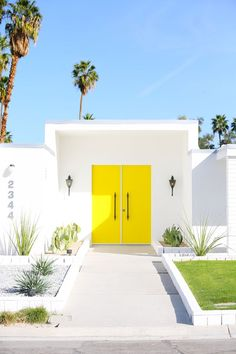 Ideas For Modern Front Door Colors Palm Springs Interior Door Colors, Door Design Interior, Interior Exterior, Exterior Design, Palm Springs Häuser, Palm Springs Style, Yellow Front Doors, Front Door Colors, Midcentury Modern Front Door