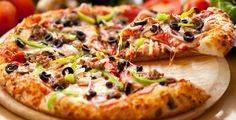 The pizza of Cosa Nostra Pizzeria is best in Lahore. Many of the people go there and enjoy delicious Italian meal but pizza is the most appealing among all food items. Pizza of this restaurant is very yummy and also the choice of many people of Lahore. Neapolitanische Pizza, Pizza Dough, Pizza Food, Chicken Pizza, Pizza Games, Polenta Pizza, Pizza Pastry, Gourmet Chicken, Gastronomia