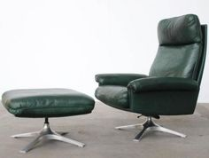 A green leather upholstered lounge chair, model DS31, from de Sede, Switzerland with a matching swiveling ottomane / footstool. This is the model with a polished aluminum four-leg tulip base with stabilizers at the leg ends. The chair swivels and reclines; it is very comfortable.