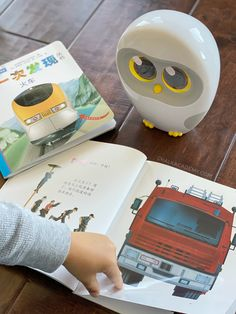 Luka Reading Robot is a Game Changer for Bilingual Chinese-English Families Chinese Picture, Chinese Book, Chinese English, Learn Chinese, Continents Activities, Learning Activities, Kids Learning, Reading Music, Happy Reading