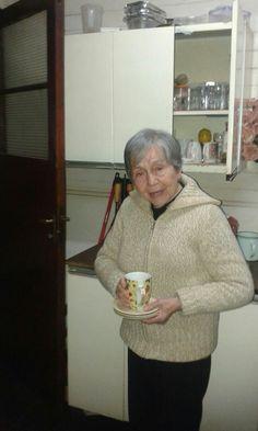 La abuela Alicia preparando la once