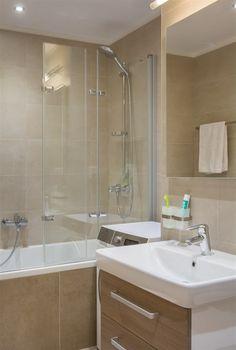 Fotogalerie: Díky světlým obkladům se koupelna opticky zvětšila a získala praktický a...