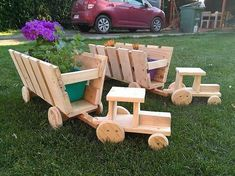 This whole arrangement designing of the tractor planter piece has been adjusted with the setting of the pallets planking over each other The edgy cutting of the planks ma. Diy Wooden Projects, Wood Shop Projects, Pallet Crafts, Easy Woodworking Projects, Wooden Crafts, Wooden Diy, Woodworking Plans, Popular Woodworking, Woodworking Magazine