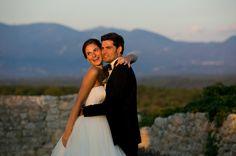 Photo de couple mariage. Coucher de soleil dans la Drôme à Grignan. Domaine de Sarson. Photo du studio Cabrelli. Robe de mariée Rosa Clara. Costume et chemise sur mesure Samson. Bride and groom.