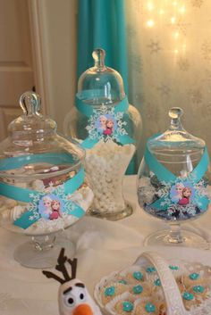 Candy jars at a frozen birthday party! see more party planning ideas at… swikar candy · ideas mesas dulces Disney Frozen Party, Frozen Birthday Party, Frozen Theme Party, Birthday Party Table Decorations, Birthday Party Tables, 4th Birthday Parties, 3rd Birthday, Birthday Ideas, Schnee Party