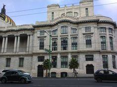 """""""Costado derecho mostrando pasillo con columnas, portones y ventanas, caminando alrededor del Palacio de Bellas Artes #9 visto desde la cera de enfrente sobre el eje central"""""""