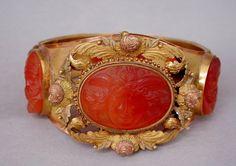 bracelet - Paris, 1805/1815 (vers) - cornaline gravée; or mât repoussé et…