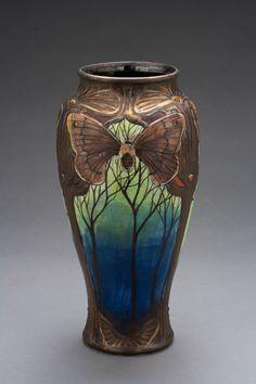 Art nouveau insect vases by Stephanie Young. Roseville Pottery, Pottery Vase, Ceramic Pottery, Ceramic Art, Motifs Art Nouveau, Design Art Nouveau, Look Vintage, Vintage Art, Jugendstil Design