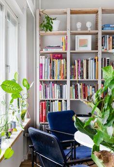 """Kuvittaja Minni Suovan vuokrakodissa on lupa revitellä–""""Tyylipuhdas koti ei ole meitä varten"""" - Deko Sunroom, Bookcase, Shelves, Living Room, Home Decor, Deco, Sunrooms, Shelving, Decoration Home"""