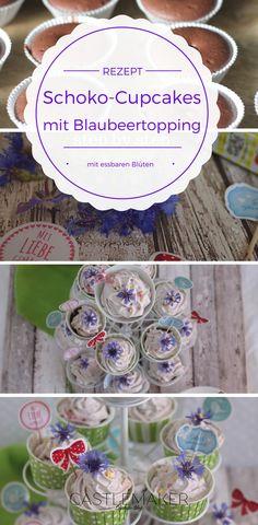 Cupcakes schmücken einfach jede Kaffeetafel oder jedes Buffet mit ihrem hübschen Äußeren, aber sie haben es auch in sich. In diesen leckeren Schokocupcakes steckt je ein Schokobon und im Topping leckere Blaubeeren mit essbaren Blüten. Das sieht nicht nur schön aus, sondern schmeckt auch sehr gut. Das ganze Rezept wie immer auf meinem Blog mit genauer Anleitung für die leckeren Schokoküchlein. Das Frosting mit Frischkäse, Quark und Sahne kann man auch sehr gut als Tortenfüllung nehmen.