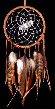 Atrapasueños. Para las tribus norteamericanas Cheyenne y Lakota, se pone encima  de la propia cama o todavía con más frecuencia sobre la cama del recién nacido, es un instrumento de protección contra el mal de ojo y de los influjos negativos, ya que  en el transcurso de la noche quedan enredados en la red, para después irse con la luz del sol, o vienen cargados  a las plumas del águila que a veces decoran el atrapasueños, porque se lo llevan con ellos.
