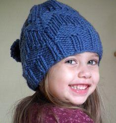 Com o frio cada vez mais instalado temos de proteger os nossos pequeninos. A proposta de hoje é tricotar este gorro para criança com lã Myb...
