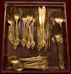 Faqueiro de metal dourado, contendo: 2 colheres de serv..