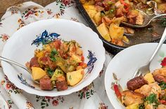 Aceasta reteta de tocana olteneasca cu pui este o mancare pe atat de simpla, pe atat de perfecta: bucati suculente de carne de pui si carnaciori, praz catifelat si un sos de rosii