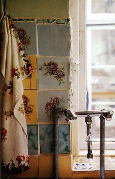 Gypsy Purple home. Purple Home, Shabby Vintage, Shabby Chic, Vintage Tile, Vintage Flowers, Interior And Exterior, Interior Design, Deco Boheme, Ivy House