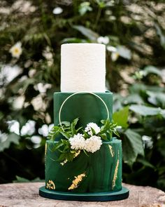 🍀Happy St Patrick's Day🍀 Paying homage to the Emerald Isle with this stunning cake from last summer - green and gold perfection (even if I… Gold Wedding, Dream Wedding, Green Wedding Cakes, Luxury Wedding, Emerald Green Weddings, Green Cake, Wedding Cake Inspiration, Wedding Ideas, Wedding Cake Designs