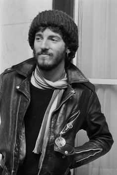 What Bruce Springsteen looked like when he was younger: 21 Famous Musicians Who You've Probably Never Seen What They Looked Like When They Were Younger Young Quincy Jones could GET it. Dropkick Murphys, Vampire Weekend, Wes Anderson, Stanley Kubrick, Quentin Tarantino, Blade Runner, Elvis Presley, New Jersey, Beste Songs
