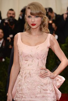 Taylor Swift's Pin-Curled Fringe