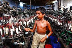 les conditions de travail très dures des enfants, envoyés dans les usines à partir de 5 ans pour un salaire de misère… Selon l'UNICEF, plus de 7,4 millions d'enfants sont engagés dans l'activité économique au Bangladesh.GMB-Akash-Angels-in-hell-10