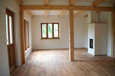 Wohnküche mit Holzbalken Lehmputz Holzofen Wandheizung in Göttingen