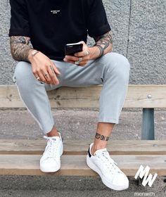 Tatuajes, playera y pantalones