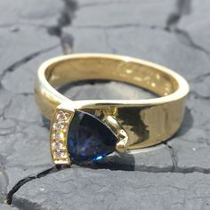 Glory 1 ring gemaakt van 14 karaat goud met prachtige diamanten en blauwe saffier. #gold #sapphire #diamonds #diamondsbyme Perfect Image, Precious Metals, Cuff Bracelets, Jewels, Gemstones, Bijoux, Gems, Jewlery, Jewerly