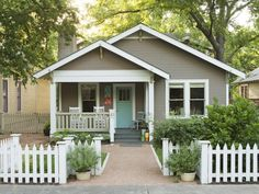 House front landscaping curb appeal exterior colors Ideas for 2019 Cottage Exterior Colors, Exterior Color Schemes, Exterior Paint Colors For House, Paint Colors For Home, Beach Cottage Exterior, Best Tiny House, Small House Plans, Cute House, Patio Ideas