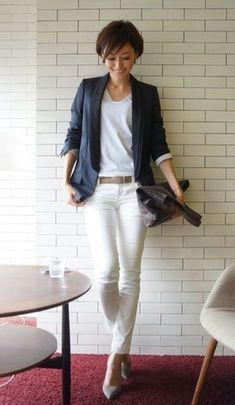 Navy blue blazer, white denim pants and white tee, brown bag outfit Business Fashion, Office Fashion, Work Fashion, Daily Fashion, Fashion Outfits, Womens Fashion, Fashion Trends, Fashion 2018, Japanese Fashion