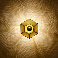 De Tom Dixon Cell is een unieke wandlamp die doet denken aan een opengevouwen roos. Het bewerkte materiaal en de warme kleur goud zorgen ervoor dat deze lamp erg sfeervol is. Zelfs de lichtbron is goudkleurig!