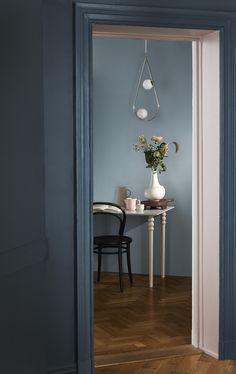 Du trenger ikke å male hele rommet for å sette farge på tilværelsen. Nisjen er malt i Chateau 713 – fantastisk sammen med Petroleum 790 på den fremre og Stålblå 782 på den bakre veggen. #farger #trend #maling #fargesette #blå #kreative #detaljer #dørkarm #stue #spisestue #kjøkken Color Trends, Candle Sconces, Oversized Mirror, Sweet Home, Wall Lights, Colours, Inspiration, Painting, Furniture