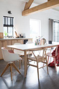Wishbone chair aan de keukentafel - bekijk en koop de producten van dit beeld op shopinstijl.nl