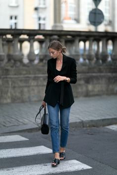 http://fashionmugging.com/casually-black/