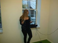 Betekenisvol handelen: chillen in het raamkozijn met boxjes, sigaret en telefoon