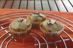 Cupcake au potiron et à la noix de coco (sans lait ni gluten) Pour la pâte : 300 g de purée de potiron/potimarron cuit/patate douce 20 g d'huile d'olive/huile de coco 80 g de sucre 20 g de miel ou de sirop d'érable 100 g de noix de coco râpée 3 œufs 100 g de farine de riz 1 sachet de levure chimique   Pour le glaçage: 100g de sucre glace 1 blanc d'œuf