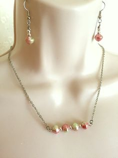Pastel Pearl Bar Necklace seet