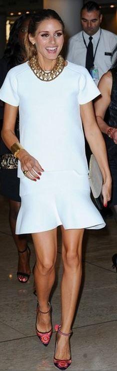 Olivia Palermo em look all white com detalhe de cor no sapato. Acessório que compõe o look.
