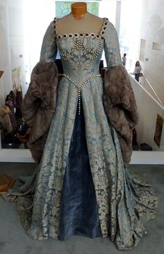 Catherine Parr's Blue Gown (Young Bess, tudor costume Mode Renaissance, Costume Renaissance, Renaissance Fashion, Renaissance Clothing, Vestidos Vintage, Vintage Gowns, Vintage Outfits, Vintage Fashion, Tudor Dress