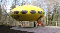 Futuro-talo on esillä WeeGee-keskuksessa Espoossa.