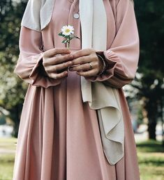 Uploaded by Find images and videos on We Heart It - the app to get lost in what you love. Abaya Fashion, Muslim Fashion, Modest Fashion, Casual Hijab Outfit, Hijab Chic, Muslim Girls, Muslim Women, Burqa Designs, Beautiful Hijab Girl