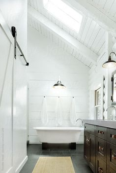 Architecture image of modern design bathroom by Trinette Reed - Stocksy United Modern Bathroom Design, Modern Design, Modern Contemporary, Bath Design, Home Interior, Interior Design, Cabin Bathrooms, Up House, Master Bathroom