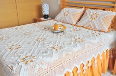 Simplesmente um luxo!!! Crochet Bedspread, Love Crochet, Floor Rugs, Bed Spreads, Crochet Projects, Flooring, Table, Furniture, Home Decor
